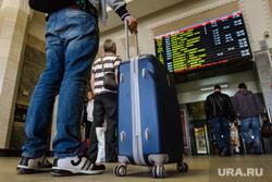 Железнодорожный вокзал Екатеринбурга, табло, путешествие, расписание, чемодан, отправление