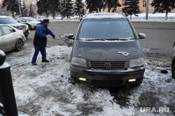 Снег на дорогах не убирается. Челябинск, уборка снега, машина в снегу