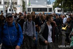 Задержания участников митинга против пенсионной реформы в Екатеринбурге, спецмашина, спецподразделение, толпа, молодежь, омон