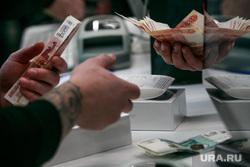 Старт продаж Apple IPhoneX в re:Store на Тверской, 27. Москва , iphone 10, считает деньги, купюры, продажа, покупка