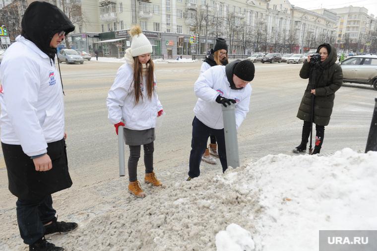 Бурматовцы брали на пробу снег. Челябинск, проба снега из кучи, активисты бурматова, сантехническая труба, перекресток пр ленина и ул васенко