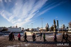 Памятник Татищеву и де Геннину и сувенирная продукция. Екатеринбург, город екатеринбург, плотинка