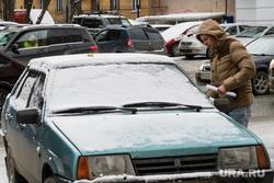 Виды Екатеринбурга, автомобиль во дворе, стоянка, автомобиль, личный транспорт, парковка, российский автомобиль