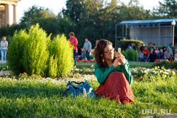 Закрытие фестиваля венских музыкальных фильмов, девушка, отдых на траве, снимает на телефон