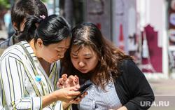 Экскурсия по Кировке делегации из Китая. Челябинск, китайцы, азиаты, смотрят в телефон