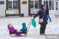 Дети и взрослые. Ханты-Мансийск., ребенок, мама с коляской, санки, дети