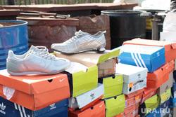 Клипарт 2, рынок китайский, контрафактные кроссовки, адидас, коробки обувные