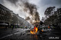 Акция протеста против повышения налога на бензин и дизельное топливо на Елисейских полях. Франция, Париж, акция протеста, машина, пожар, париж, франция, протест, поджог