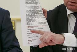 Брифинг в Генеральной прокуратуре, посвященный делу Скрипалей. Москва, документы, указательный палец, атмоньев николай