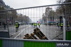 Акция протеста против повышения налога на бензин и дизельное топливо на Елисейских полях. Франция, Париж, париж, ограждение, флаг франции, франция, акции протеста