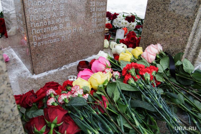 Акция памяти жертв «Хромой лошади». Пермь, акция памяти, мемориал, цветы, хромая лошадь
