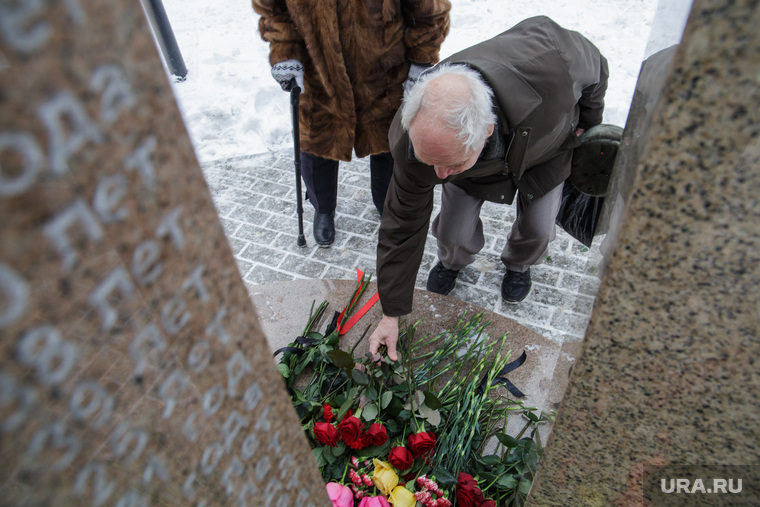 Акция памяти жертв «Хромой лошади». Пермь, возложение цветов, мемориал, хромая лошадь