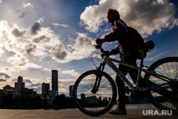 Жизнь вечернего города. Екатеринбург, велосипедисты, горожане, прохожие
