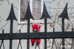 Заседание Законодательного Собрания с губернатором СО. Екатеринбург, новый год, дед мороз, препятствие, стрелы, преграда, санта клаус, окно