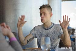 Главный редактор Sports.ru Юрий Дудь во время лекции в УрФУ. Екатеринбург, дудь юрий, жест двумя руками