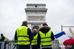 Акция протеста против повышения налога на бензин и дизельное топливо на Елисейских полях. Франция, Париж, париж, триумфальная арка, флаг франции, франция, акции протеста