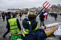 Акция протеста против повышения налога на бензин и дизельное топливо на Елисейских полях. Франция, Париж, париж, франция, вилы, акции протеста