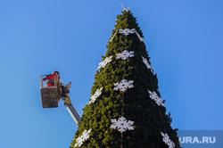 Делают елочный городок на Площади Революции. Челябинск, новогодняя елка, автокран с люлькой