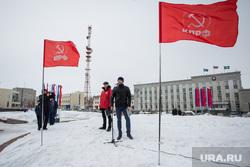 Митинг КПРФ и общественной организации Совесть против коррупции. Сургут, город сургут, кпрф, митинг, калошин андрей, кармазь евгений, флаги