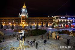 Главную елку Екатеринбурга привезли на Площадь 1905 года, елка, площадь 1905 года, строительство ледового городка, дерево в машине