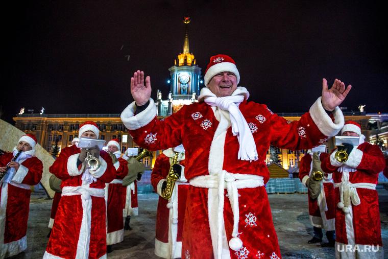 Главную елку Екатеринбурга привезли на Площадь 1905 года. часть