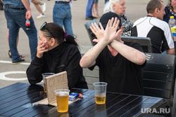 День металлурга – 2018. Магнитогорск, курение, пиво, стол заказан, алкоголь, закрыл лицо руками