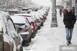 Снег на улицах Екатеринбурга, снег на тротуаре, машины в снегу, парковка на обочине, зима, улица