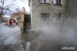 Прорыв горячей воды на улице Крылова. Екатеринбург, пожарная машина, затопление, горячая вода, детский сад теремок, пожарный автомобиль, кипяток, пар, улица крылова56