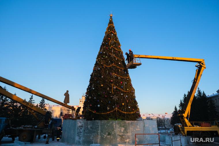 Елка на площади. Курган, новогодняя елка, украшение новогодней елки