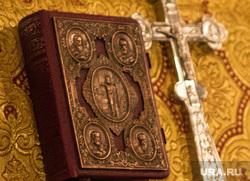 Ночная рождественская служба в Кафедральном соборе Магнитогорска., крест, библия, распятие, храм, молитва, церковь