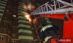 Пожар в 16-этажном доме на улице Таежной. Екатеринбург, дым, пожарный, лестница, пожар, дом