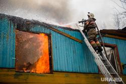 Пожар в расселенном доме, в поселке Солнечный. Сургут, пожарный, пожар, мчс, тушение пожара