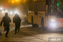 Вечерний город. Курган, автобус, свет фар, зима, бегущие дети, дети на дороге