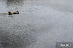 Виды Екатеринбурга, лодка, туризм, загрязнение среды, экология, выбросы, грязь, водоем, масляное пятно, прогулочный кораблик
