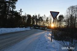 Тобольск, Валерий Давыдов, дорожный знак, автобус, уступи дорогу, трасса, зима, дорога, закат