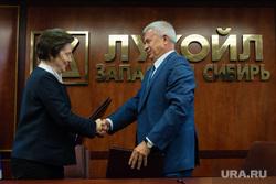 Визит губернатора ХМАО Натальи Комаровой в Когалым и встреча с Аликперовым. Когалым, рукопожатие, алекперов вагит, лукойл, комарова наталья