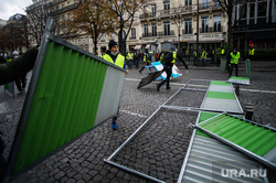 Акция протеста против повышения налога на бензин и дизельное топливо на Елисейских полях. Франция, Париж, париж, франция, ограждения, акции протеста