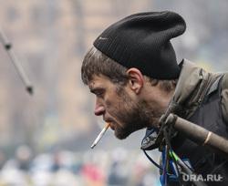 События на Майдане. Киев, сигарета, майдан, киев, покрышки, украина, протесты, самооборона, курящий мужчина