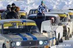 Крупнейшая автоспортивная трасса на льду. Екатеринбургский клуб ледового дрифта. Озеро Балтым, гонка, фак, гоночный автомобиль, дрифт, соперничество, жест рукой, автогонки, ледовая трасса, ледовый автодром, ледодром