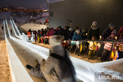 «ГлавЕлка» в Ельцин Центре. Екатеринбург, зима, ледяная горка, катание с горки, зимняя забава