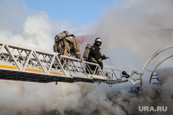 Пожар памятника архитектуры по ул. Семакова 8. Тюмень, дым, пожар, тушение пожара, пожарная лестница, пожарные, мчс