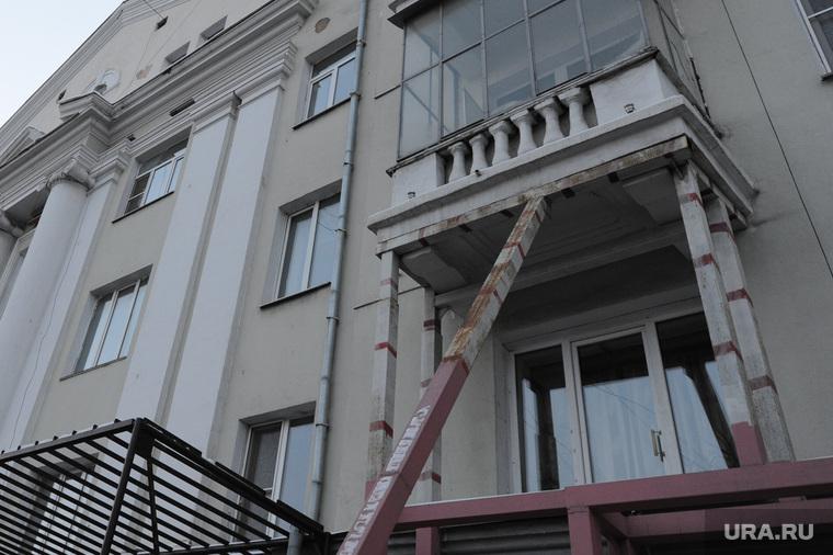 Дом с обрушенным фасадом и балконом на Ленина 61. Челябинск, балкон, подпорка, реконструкция, обрушение фасада
