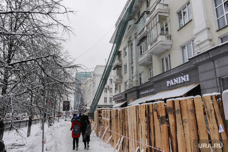 Дом с обрушением карниза Ленина 61. Челябинск, сетка на доме, забор, ленина61