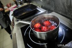 Покраска яиц к Пасхе. Екатеринбург, яйца, пища, электрическая плита, продукты питания, готовка, приготовление пищи, варка яиц, еда