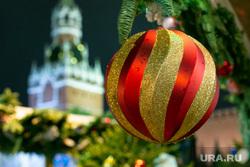 Новогодняя ярмарка на Красной Площади. Москва, кремль, елочный базар, новый год, новогодняя ярмарка, елочные игрушки, спасская башня