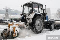 Сильный снегопад в Екатеринбурге, уборка снега, трактор, площадь1905 года, зима