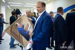 Заседание политсовета СРО «Единая Россия». Екатеринбург, шептий виктор, фотография в руках