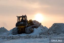 Полигон для складирования снега компании ЮВИС. Сургут, бульдозер, уборка снега