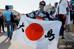 Болельщики перед матчем Япония-Сенегал. Екатеринбург., болельщики, японка, флаг японии