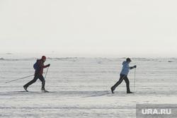 Сбор проб снега на городских дорогах для экспертизы . Челябинск, дым, лыжники, смог, озеро